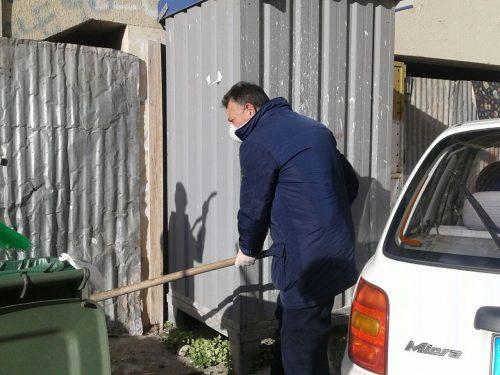 Stato d'indigenza clochard, volontari ripuliscono lo spazio dormitorio