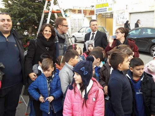 Montegrappa, i bambini addobbano l'albero