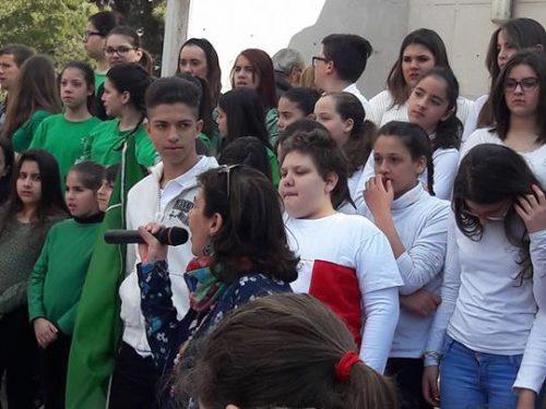 Furti alla scuola Saladino, bambini e docenti in piazza